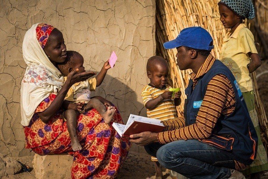 Familie liest zusammen ein Buch.