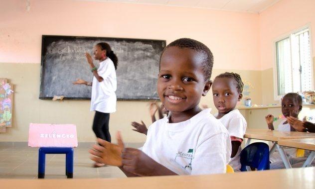 Kleiner Junge lacht in der Schule.
