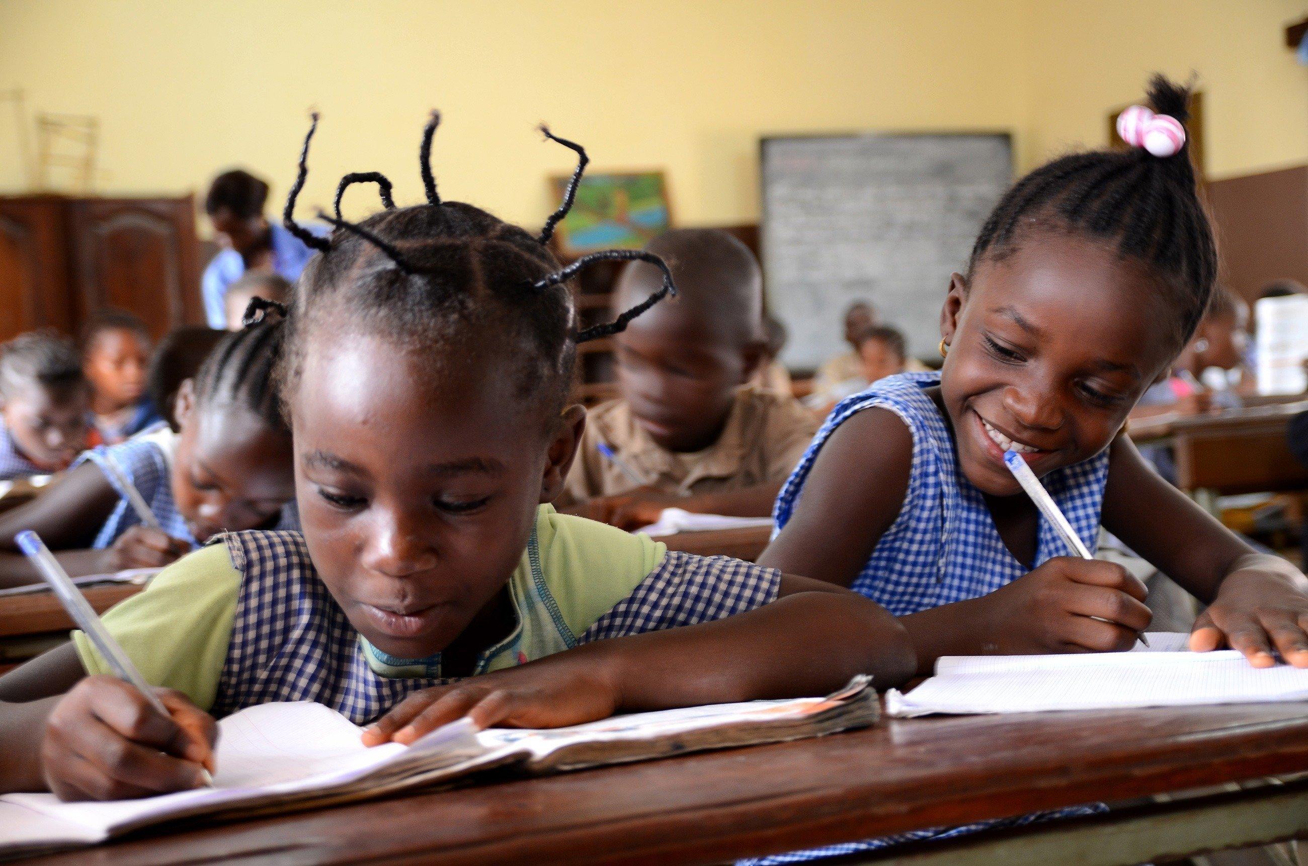 Zwei Mädchen in der Schule.