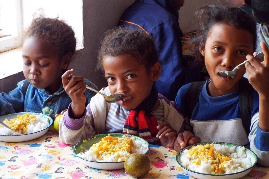 Kind isst am Mittagstisch.