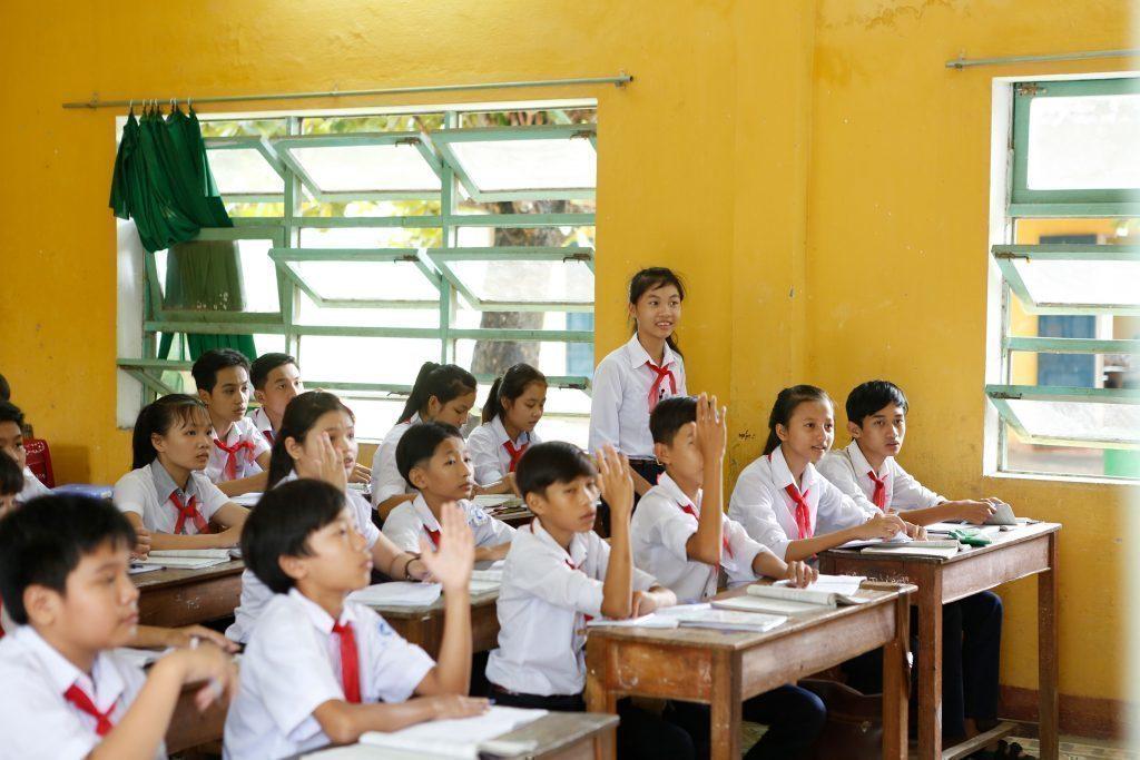 Kinder in der Schule hören zu.