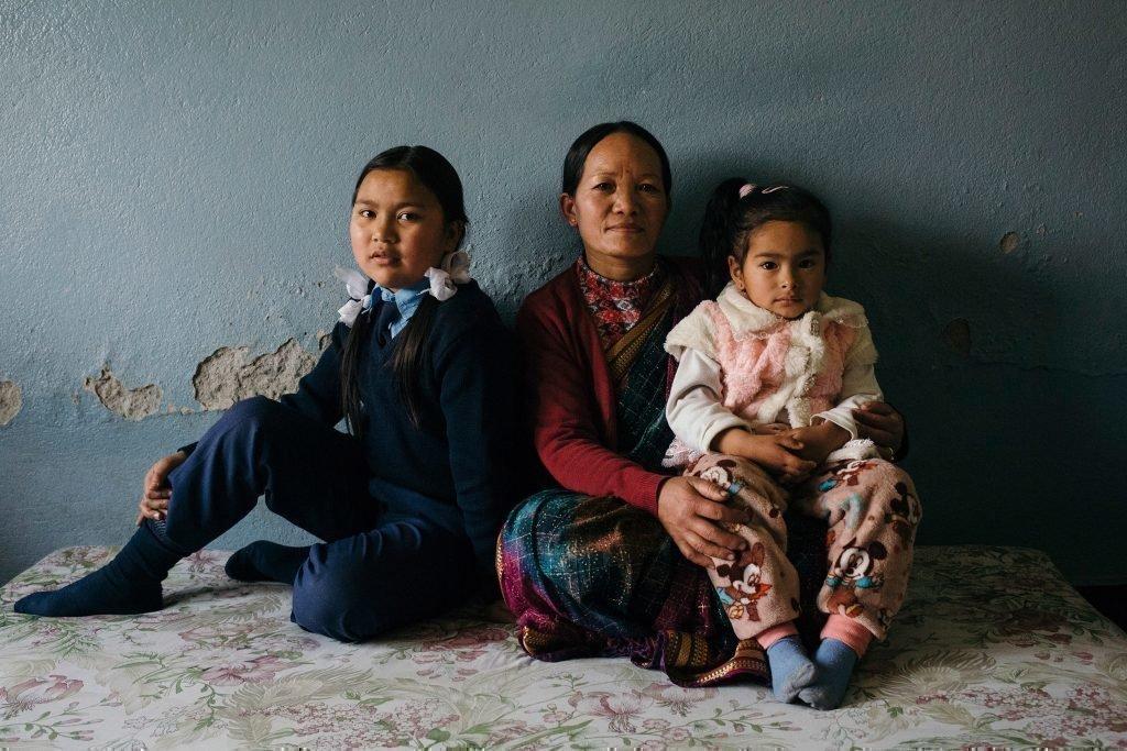 Familie im sitzen. Mutter mit ihren zwei Kindern.