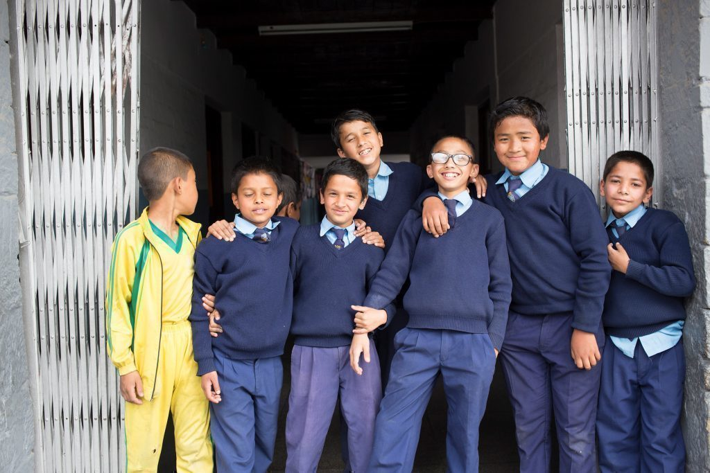 Jungen aus Nepal in Schuluniform.