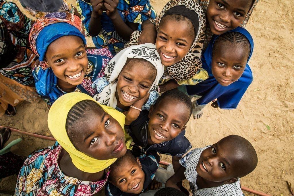 Eine Gruppe lachender Kinder.