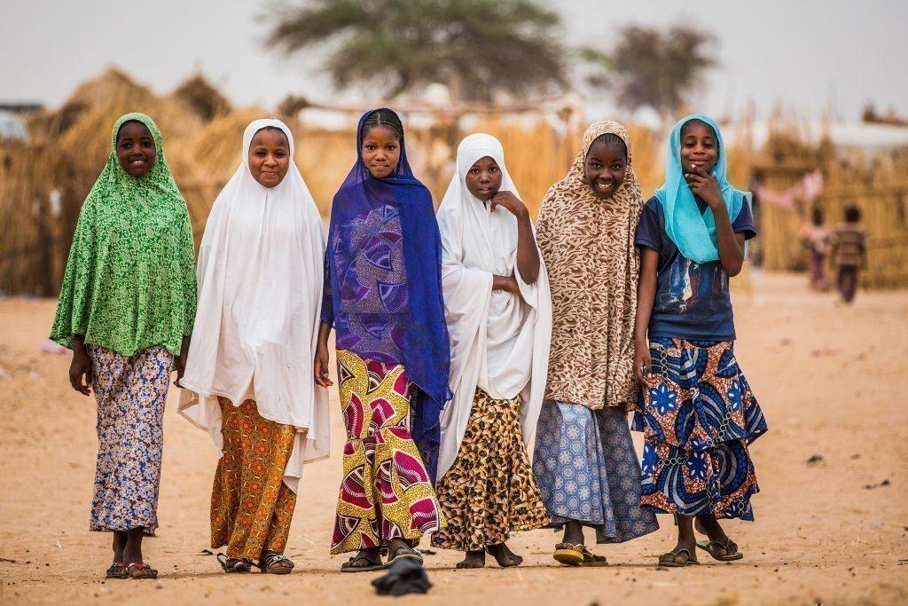 Eine Gruppe Mädchen mit schönen Kleidern.