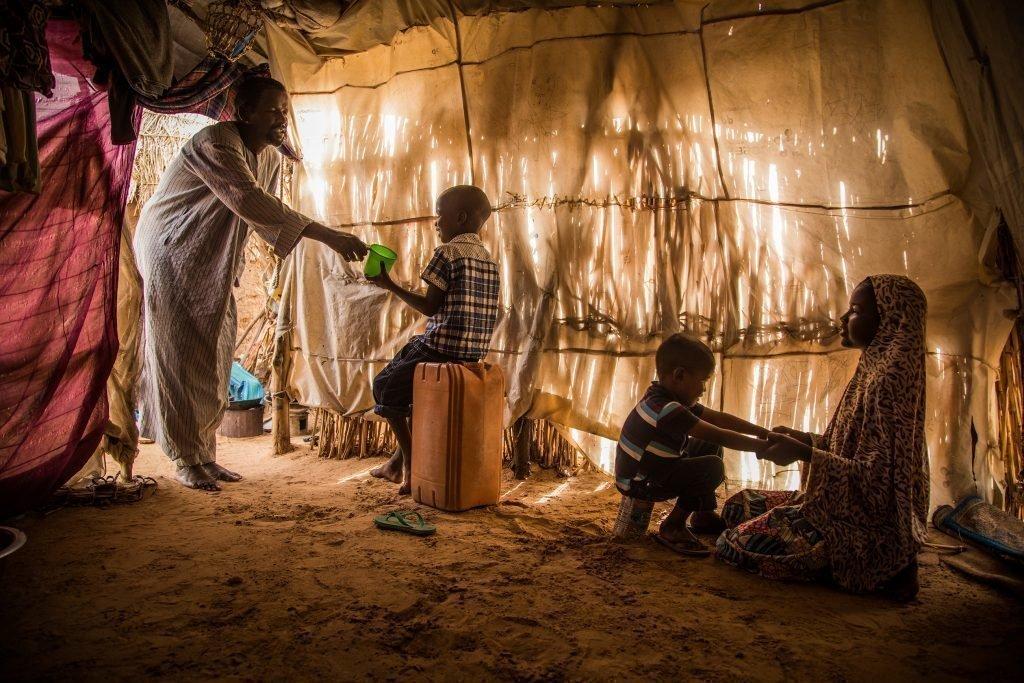 Zwei Kinder in einer Hütte.