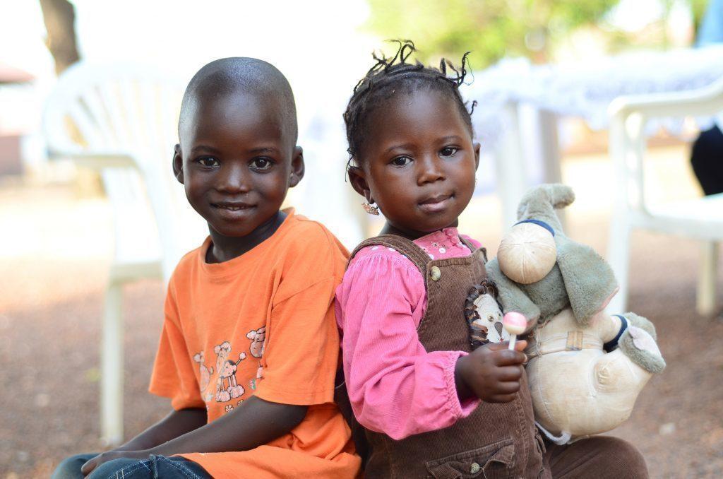 Zwei lachende kleine Kinder.