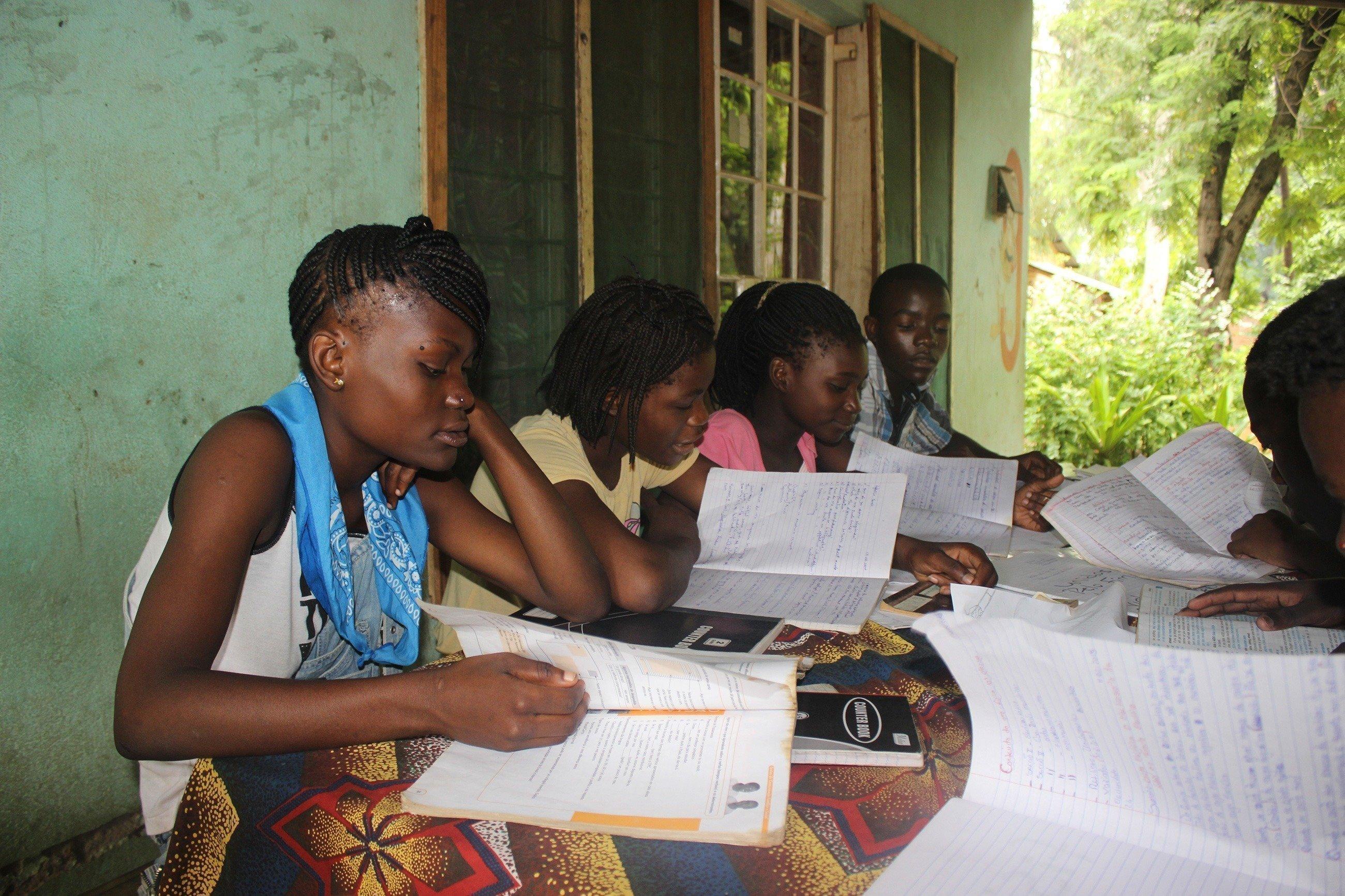 Schülerinnen beim Lernen.