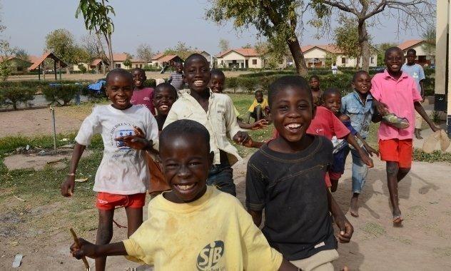 SOS-Kinderdorf Kinder beim Spielen in der Pause.