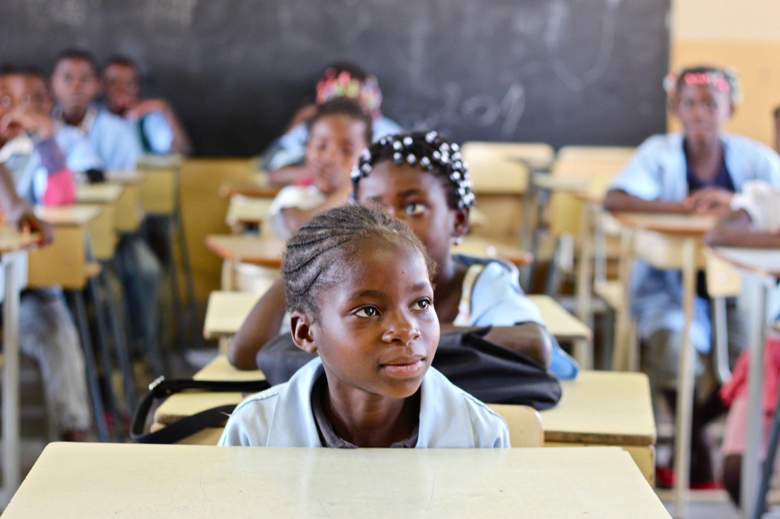 Ein afrikanisches Mädchen verfolgt aufmerksam den Unterricht.