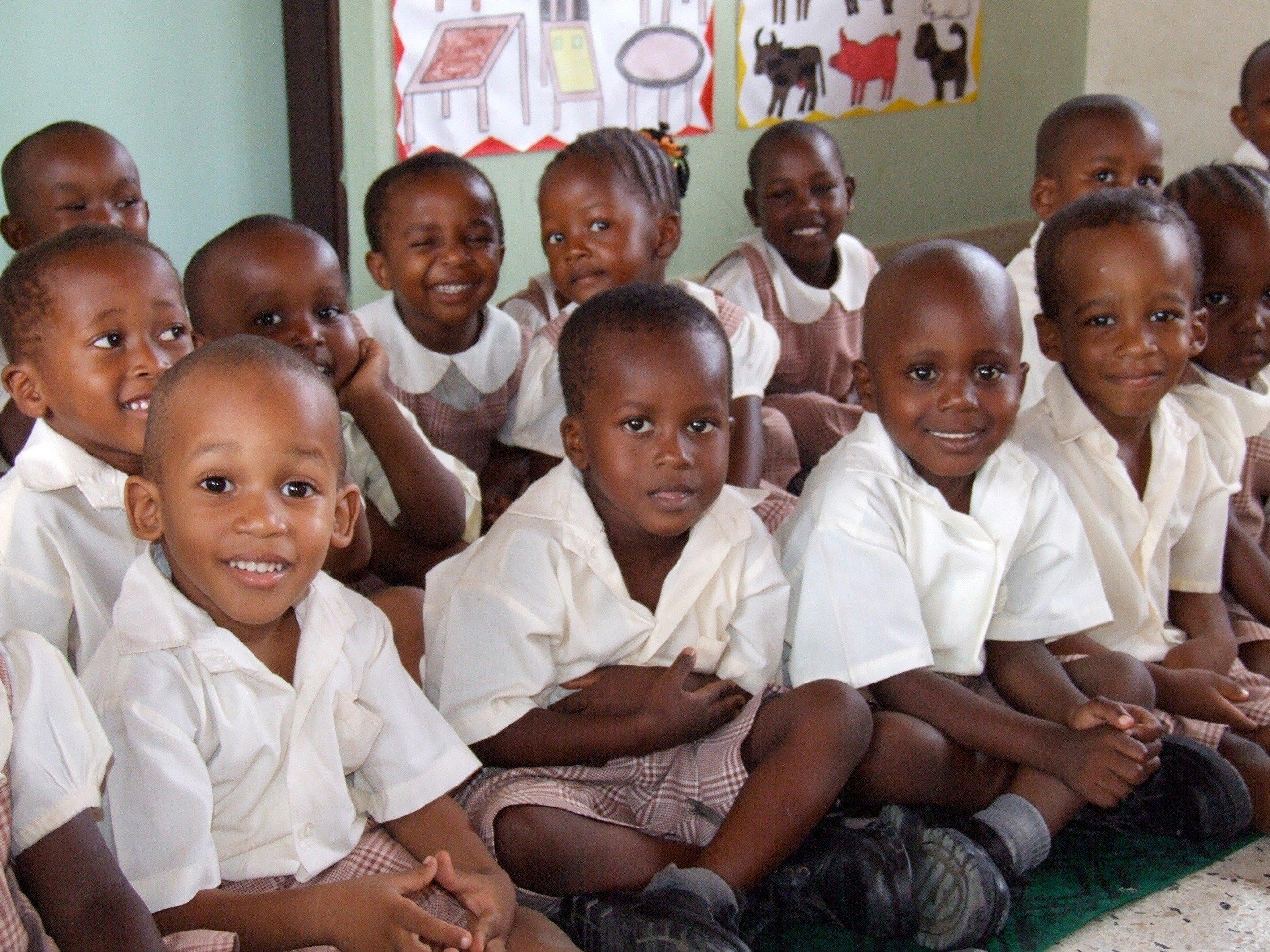 Schulklasse mit kleinen Jungen in weißen Hemden.
