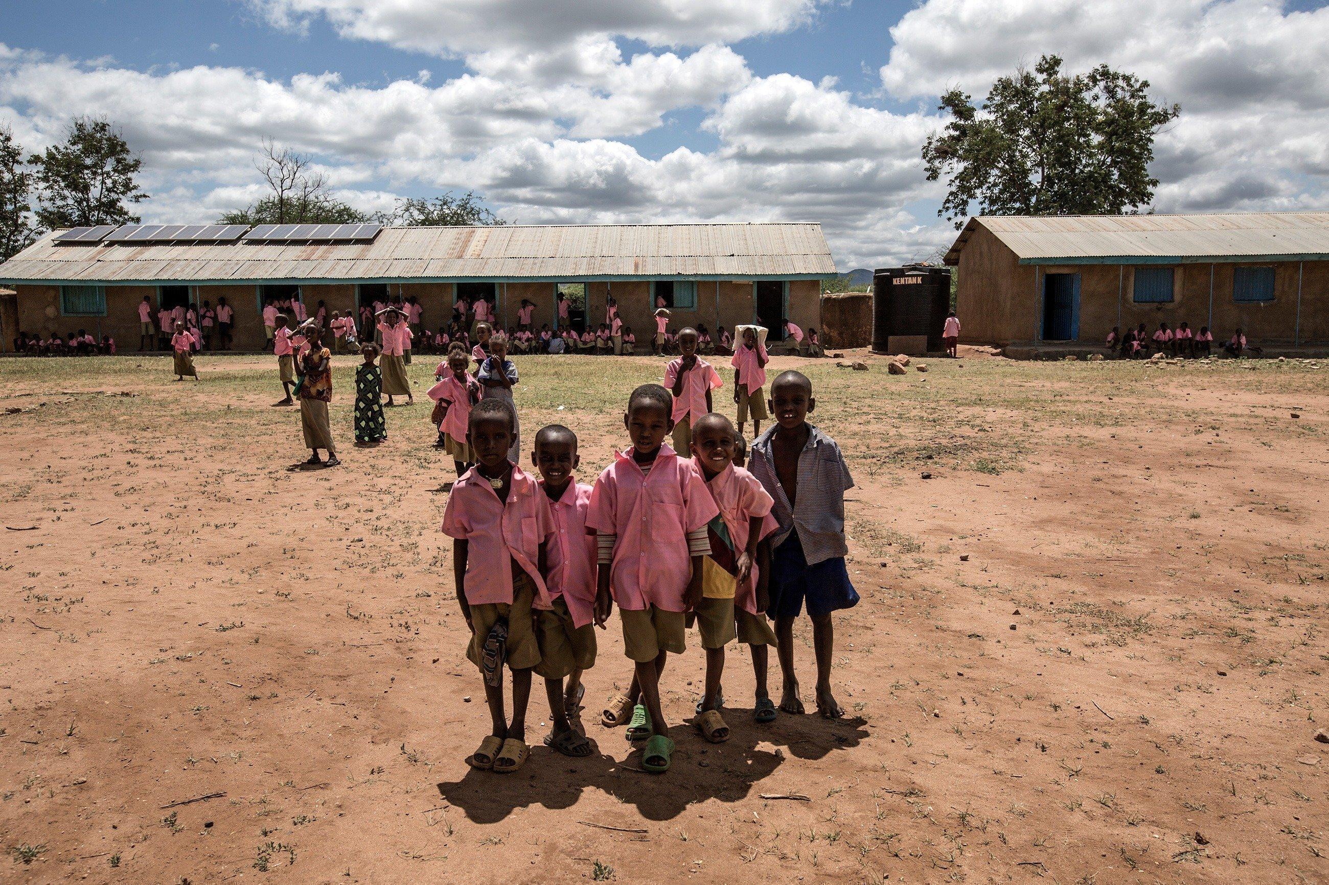 Kinder vor einer SOS-Kinderdorf Einrichtung.