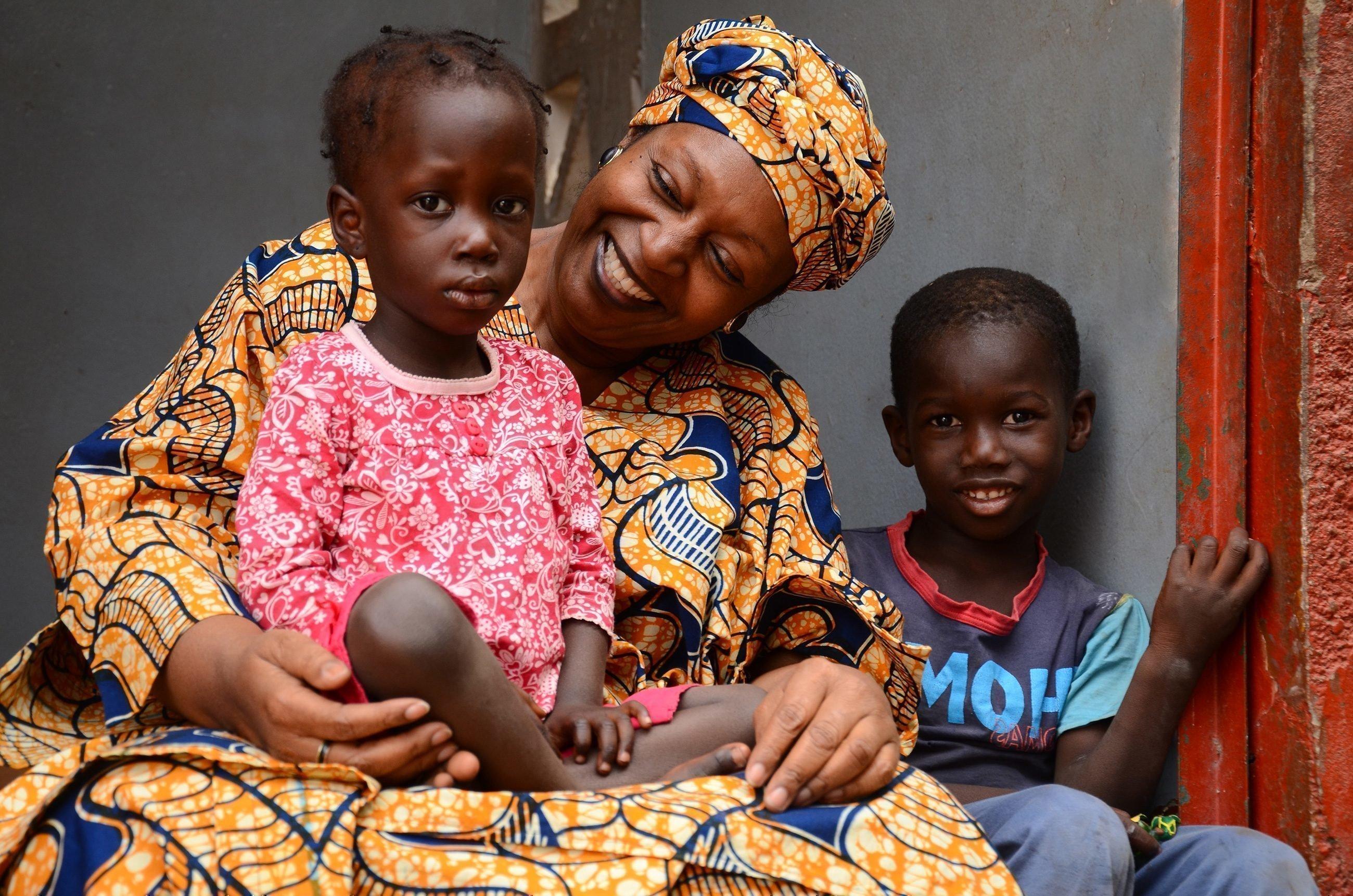 Afrikanische Mama mit zwei Kindern.