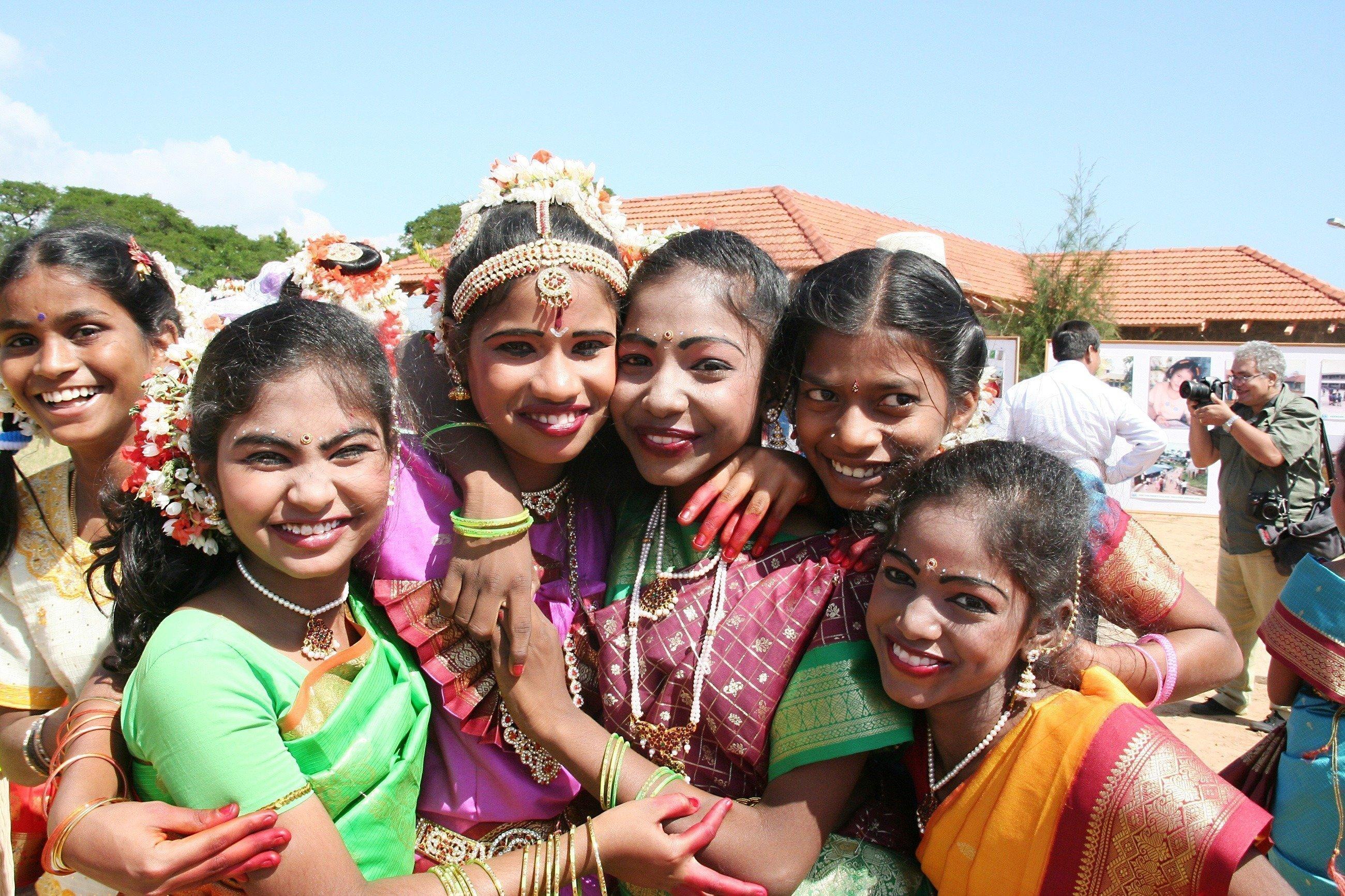 Eine Gruppe schön geschmückter Mädchen.