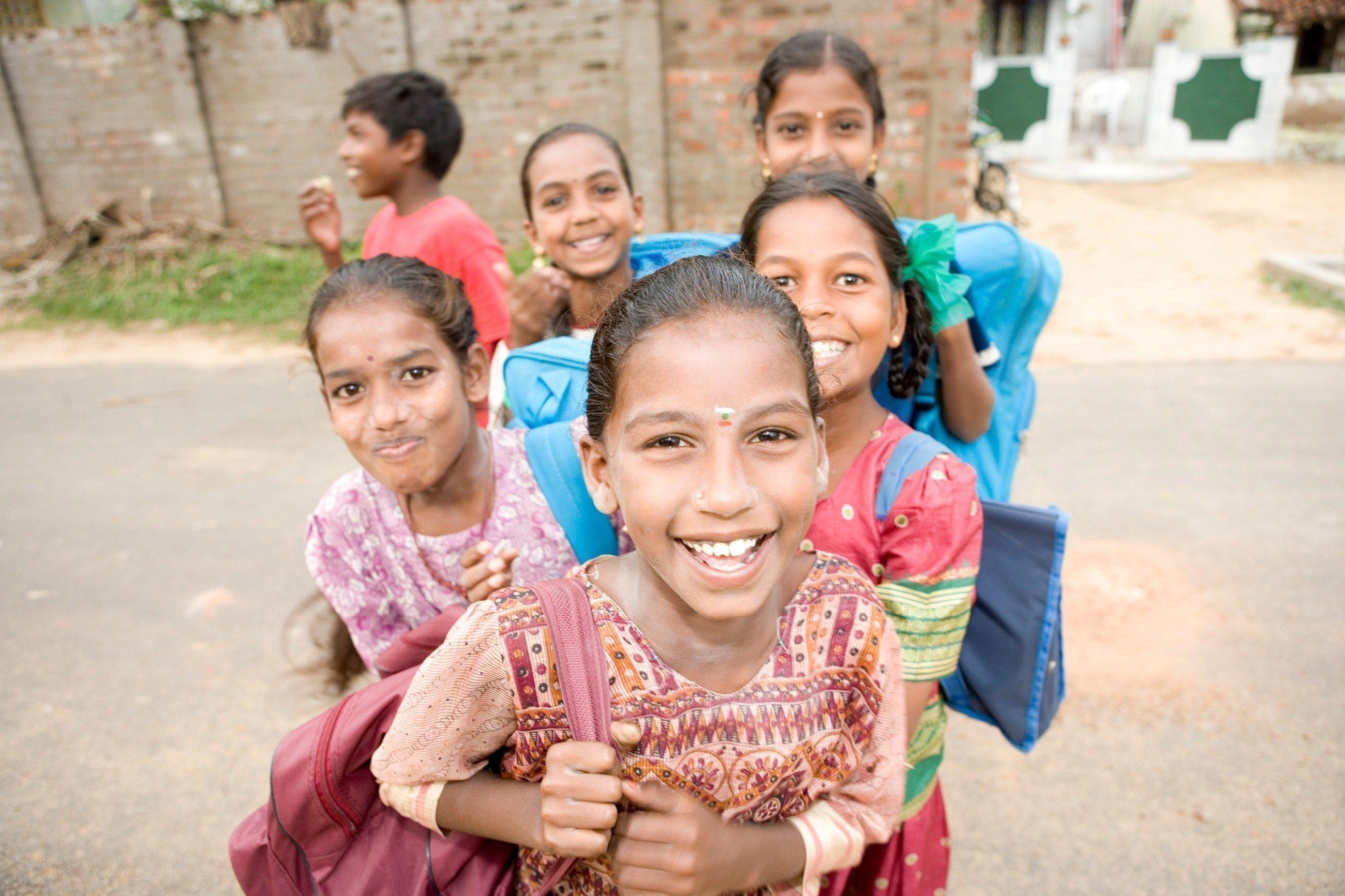 Indische Schulkinder lachen.