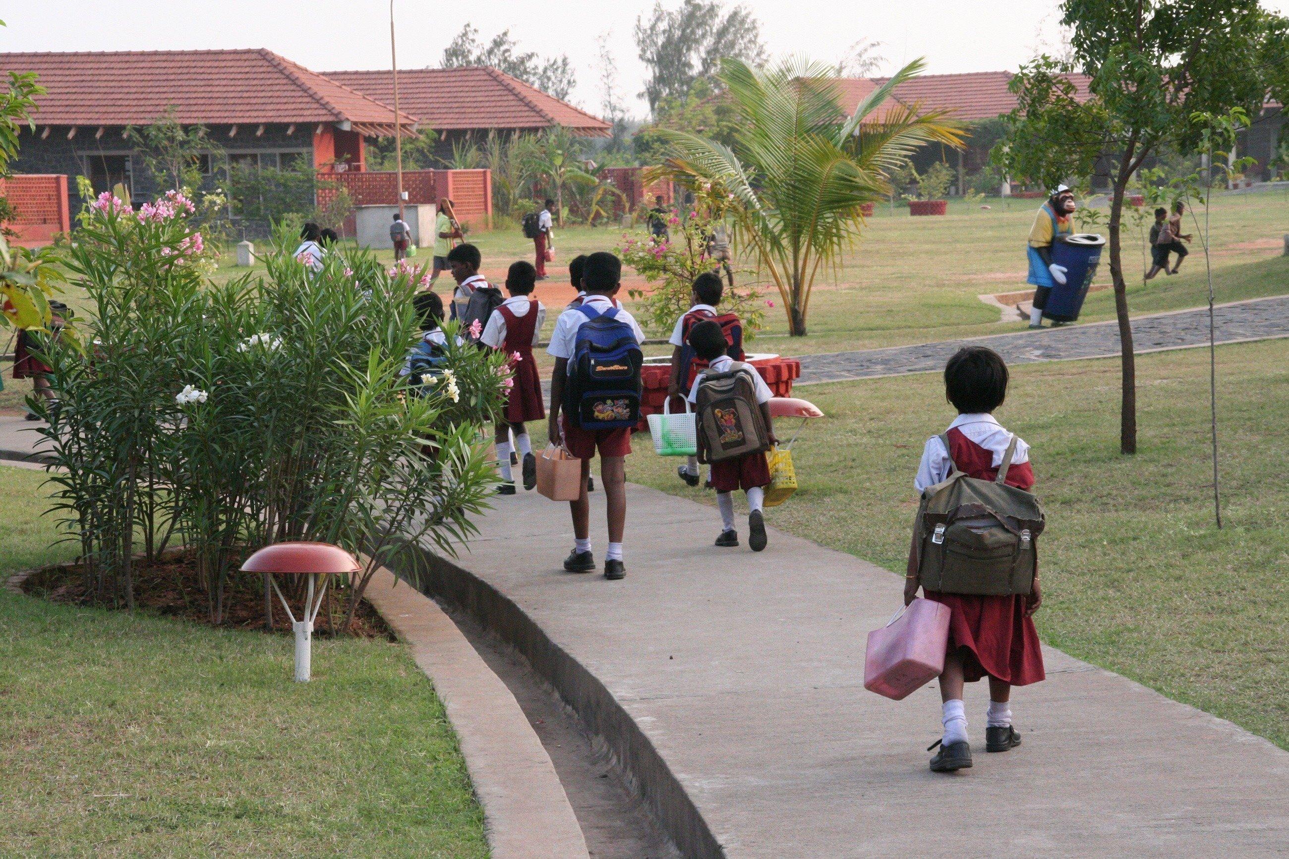 Kinder auf dem Weg in die Schule.