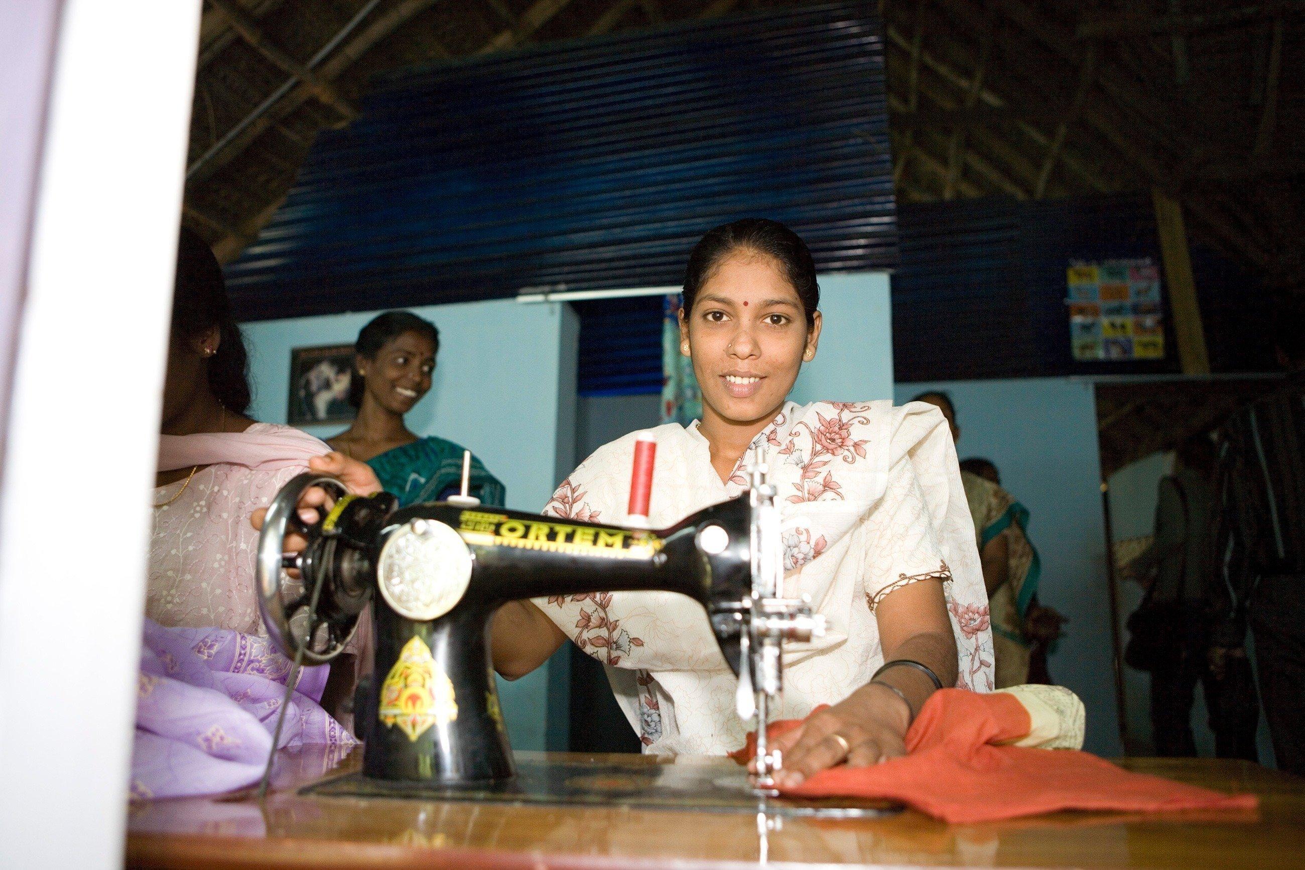 Eine indische Frau näht.