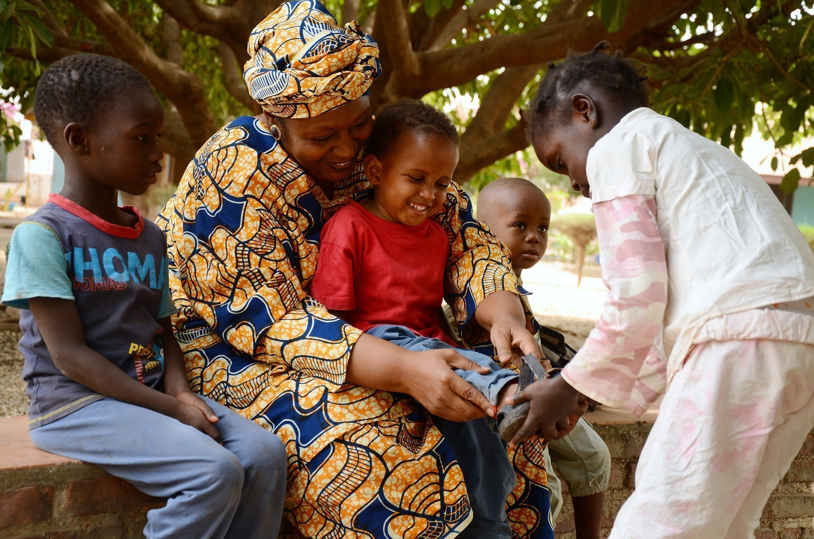 SOS-Kinderdorf Mutter beschäftigt sich mit ihren Kindern.