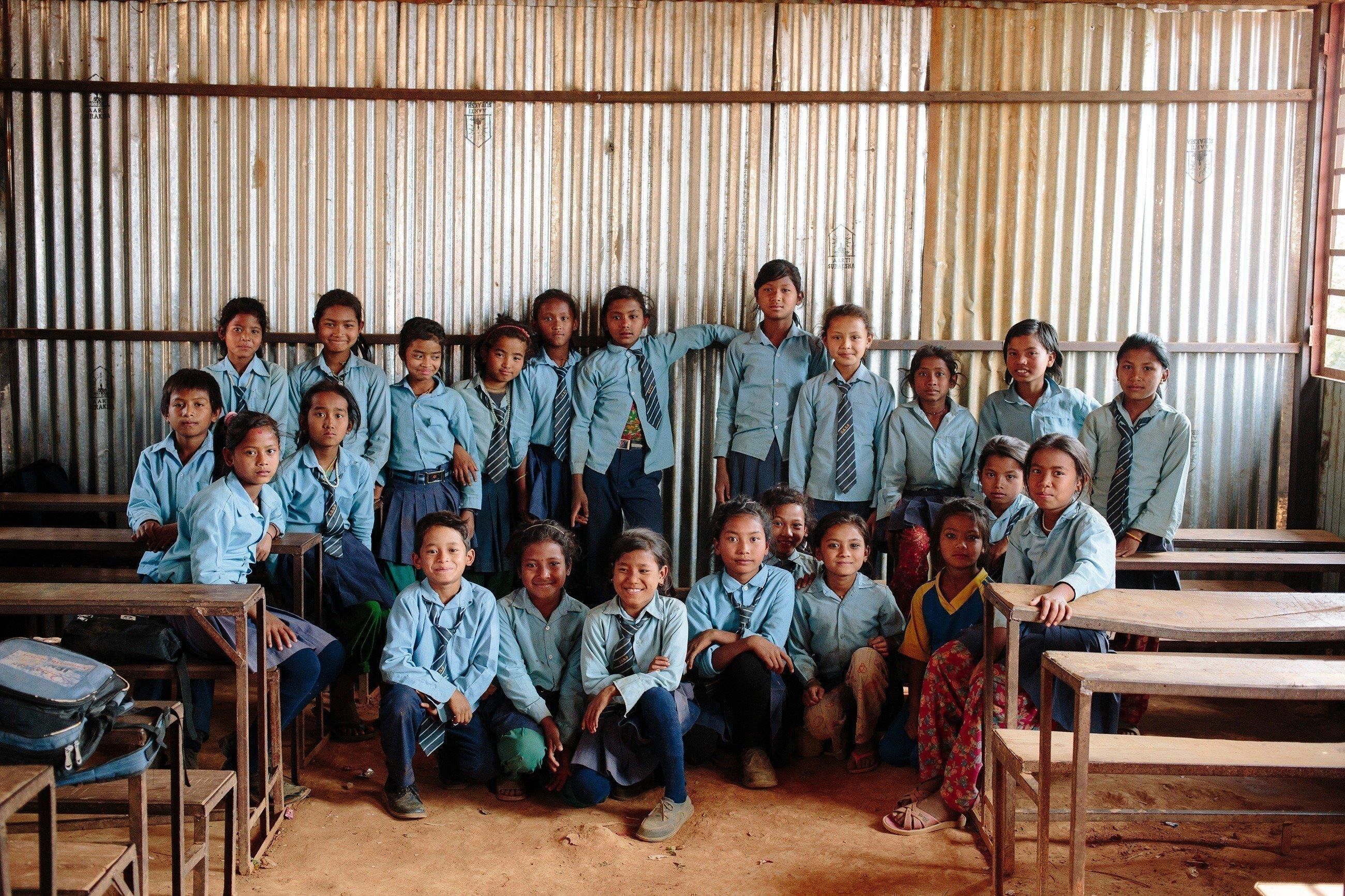 Eine Schulklasse in blauen Uniformen.