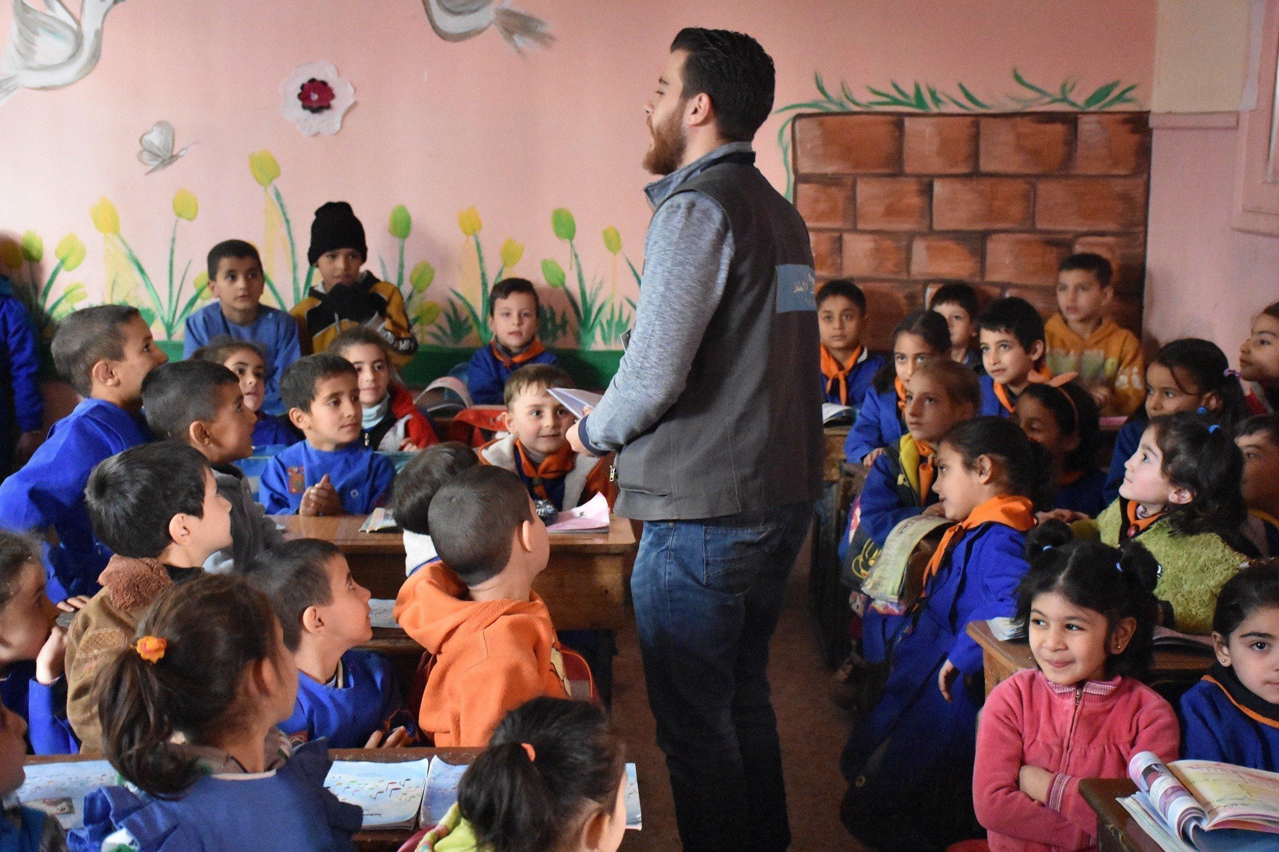 Syrische Schulklasse mit Lehrer.
