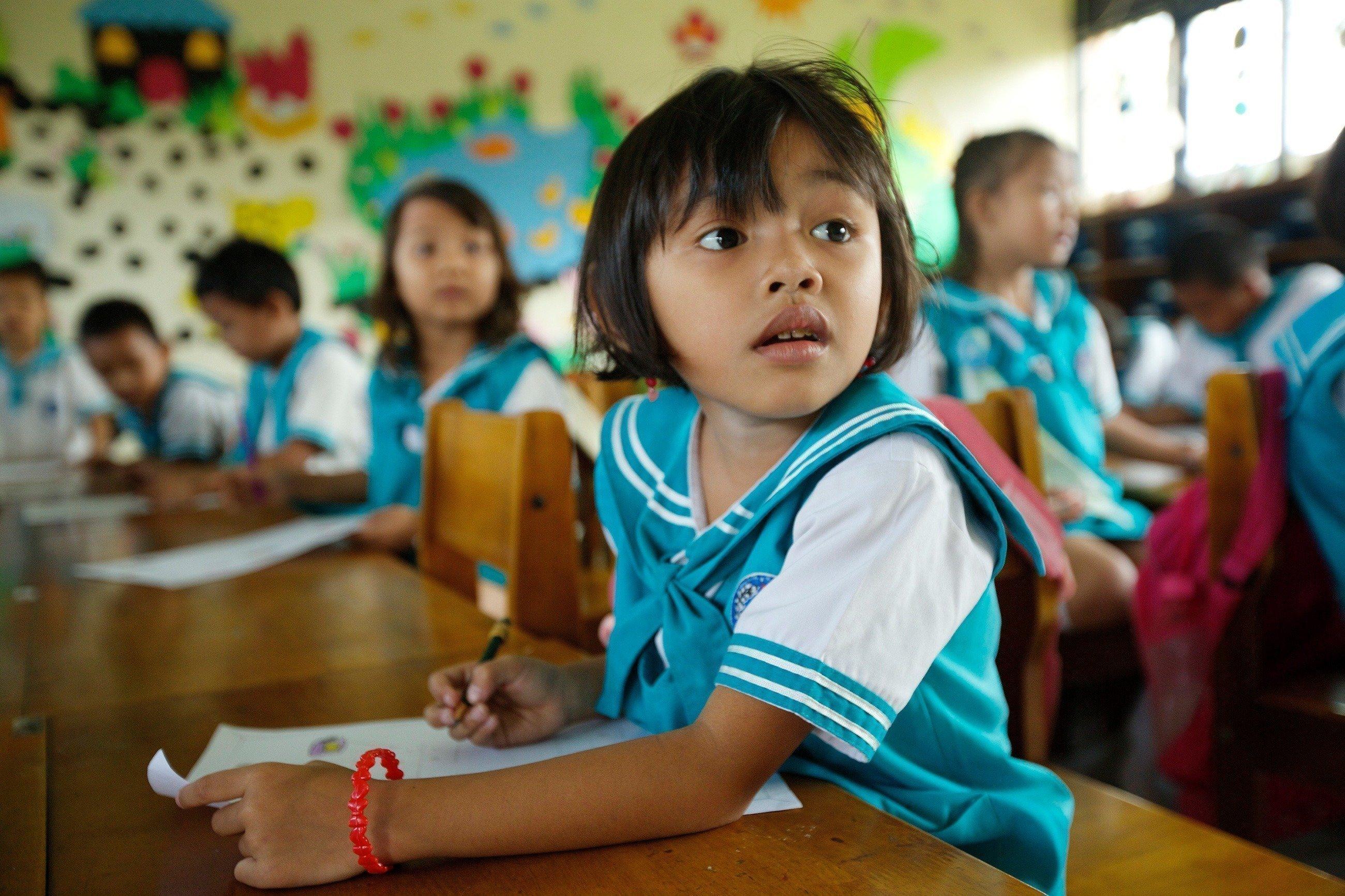 Ein Kind verfolgt aufmerksam den Unterricht.