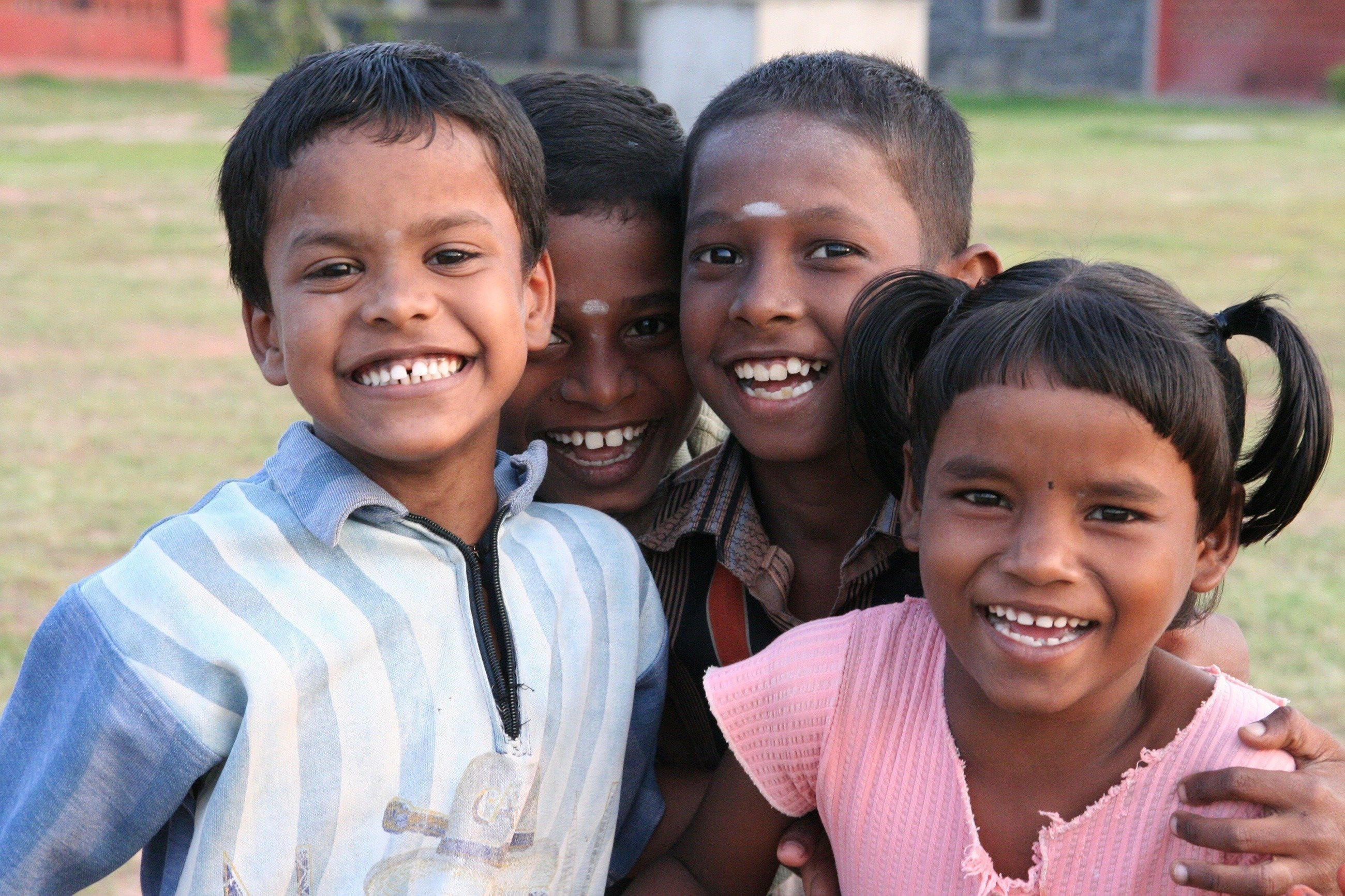 Lachende indische Kinder.