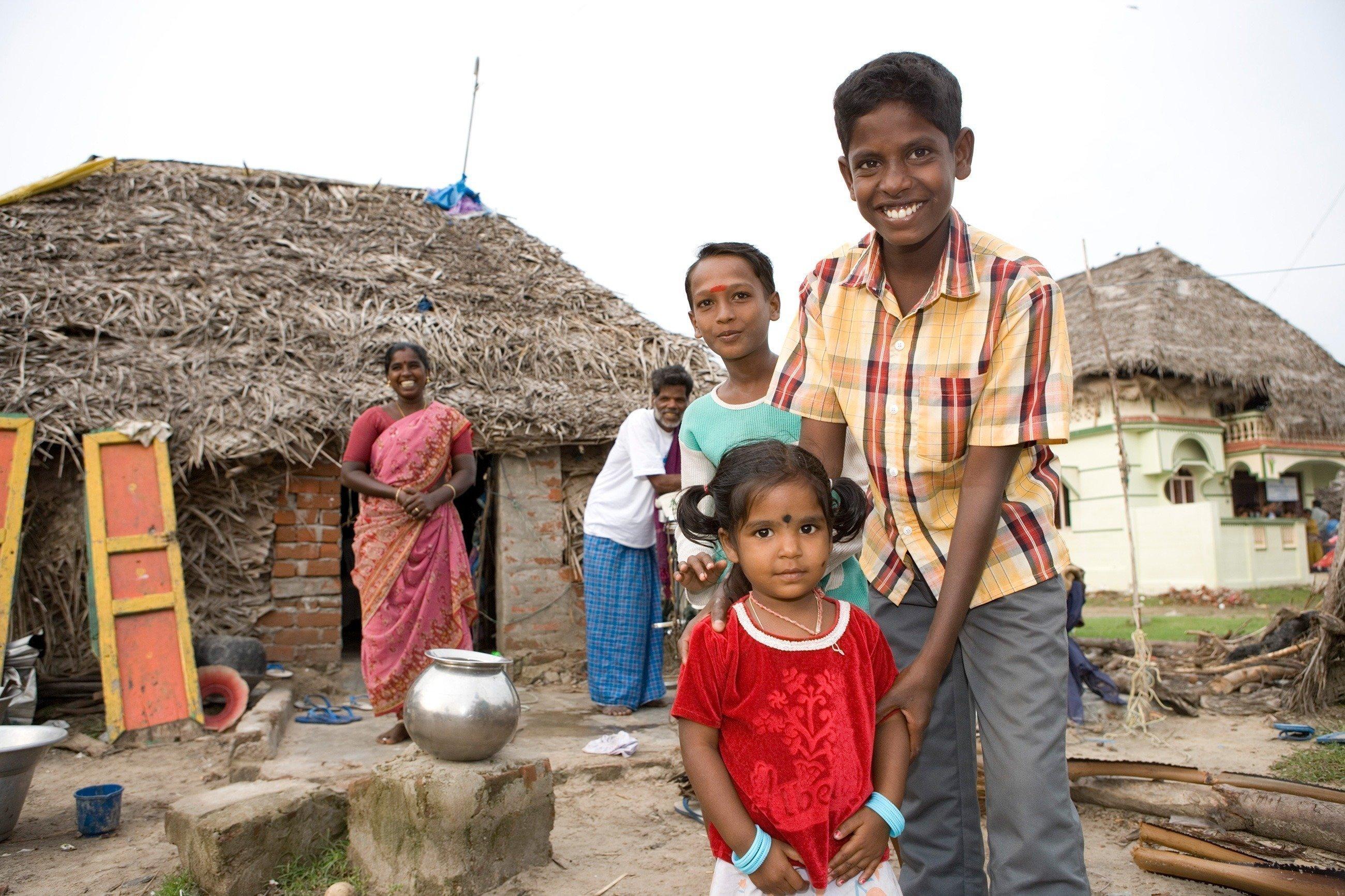 Indische Familie vor ihrem Haus.