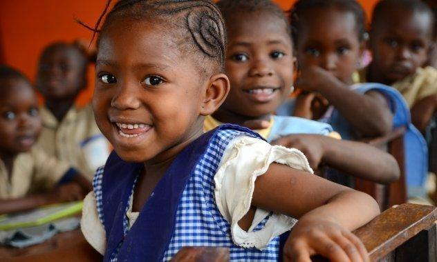 Afrikanische SOS-Kinderdorf Schulkinder beim Mittagessen in der Schule.