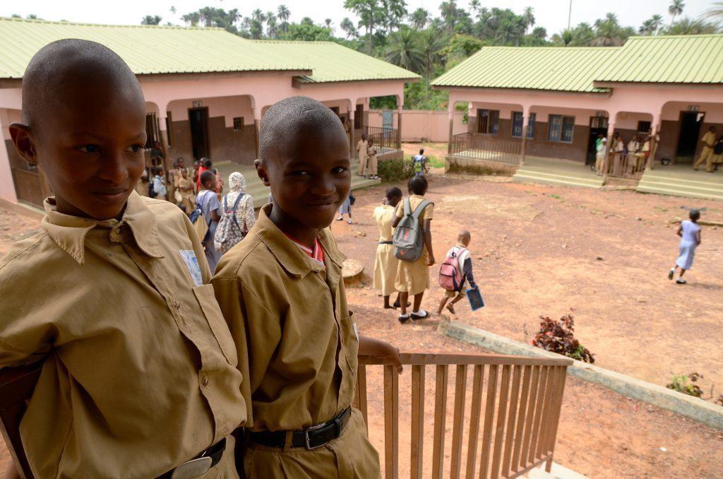 Zwei Kinder auf einer Treppe im SOS-Kinderdorf