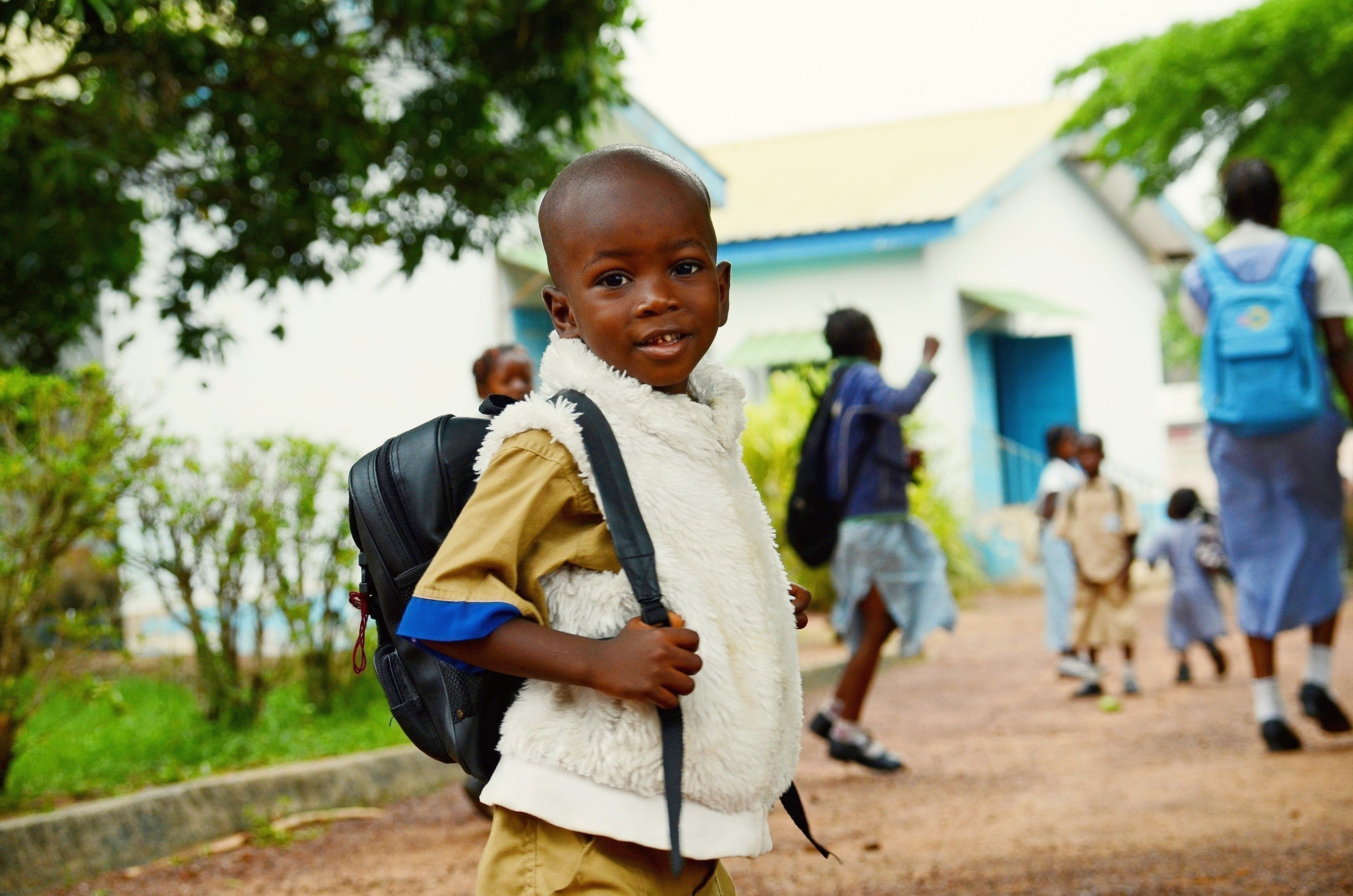 Junge mit einem Rucksack geht zur Schule.
