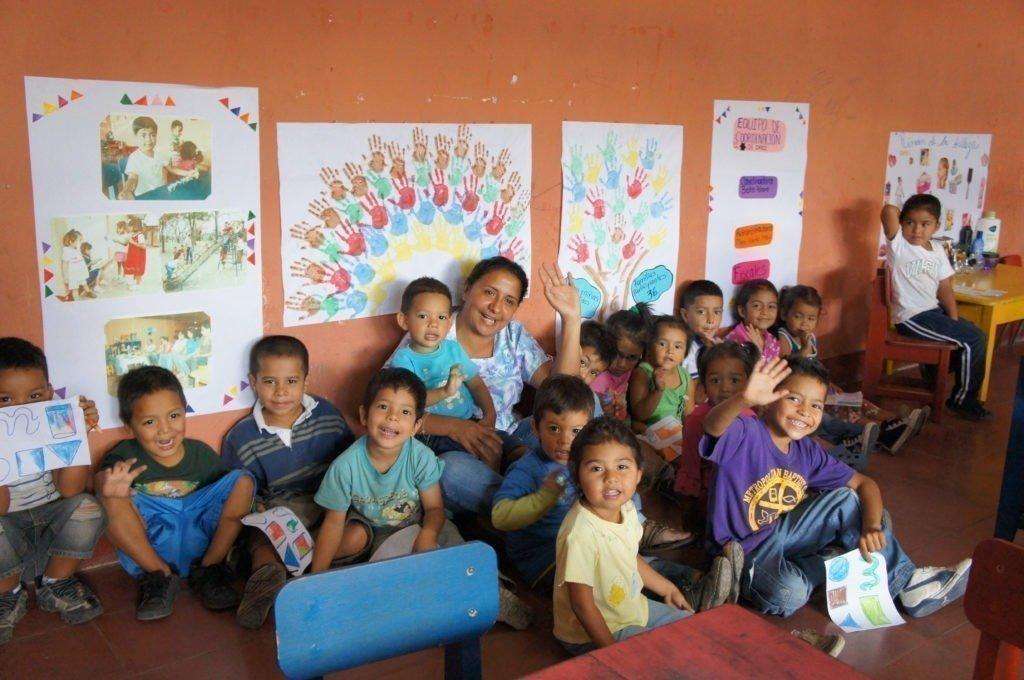 Kinder im SOS-Kinderdorf malen