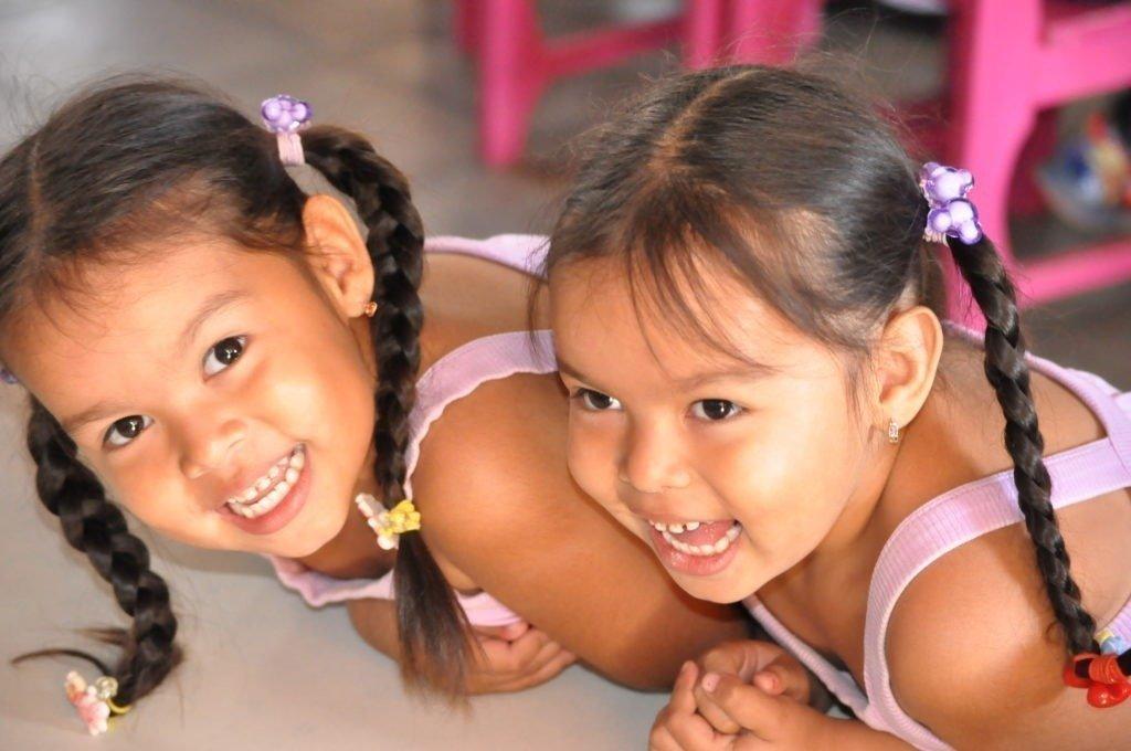 Kinder lachen und freuen sich