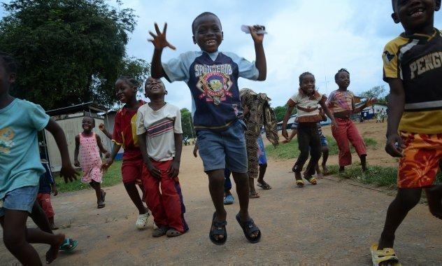 Lachende Kinder springen in die Luft.