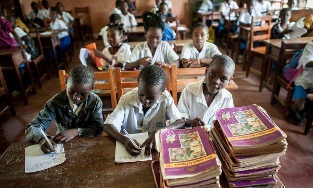 Kinder in der Schule lernen lesen und schreiben.