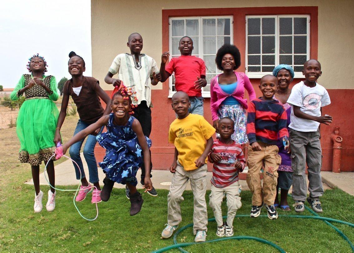 Allegra classe scolastica con insegnante in un SOS Villaggi dei Bambini.