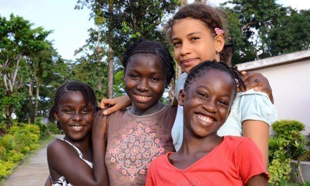 Vier lachende Mädchen in einer Gruppe