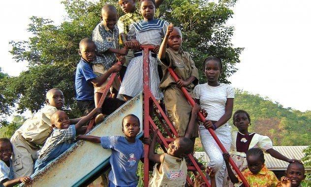 Kinder vor einer Rutsche.