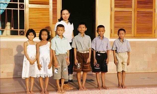 sechs Kinder mit ihrer Mutter.
