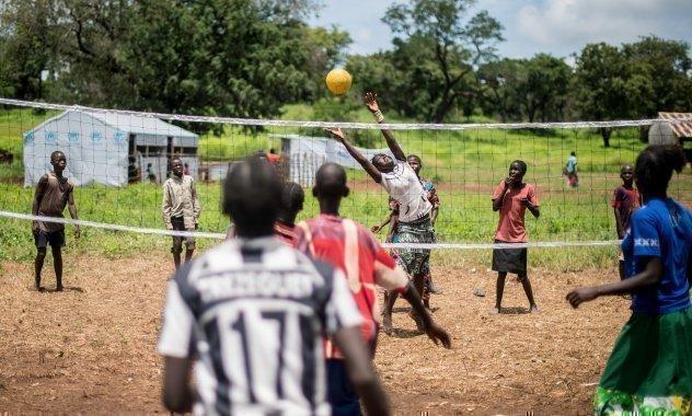 Eine Gruppe Kinder die Volleyball spielt.