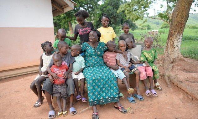Eine SOS-Kinderdorf Mutter mit einer Gruppe von Kindern.