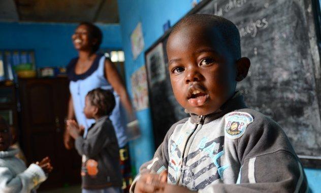 Ein lächelnder kleiner Junge in der Schule.