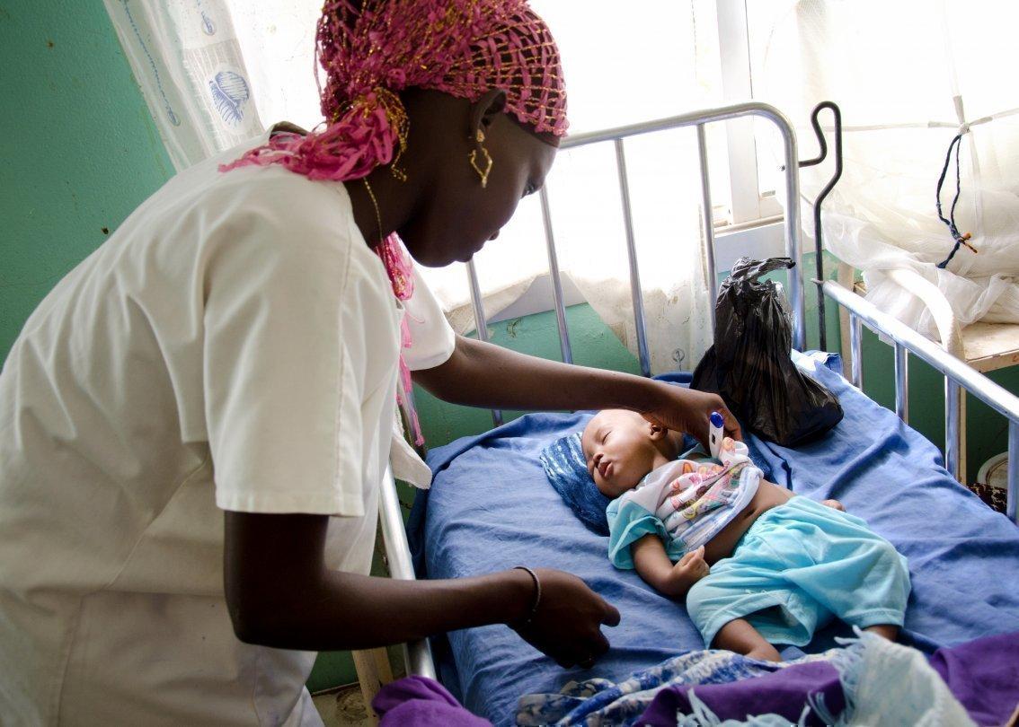 Ärztin mit afrikanischem Kind in einem SOS-medizinischem Zentrum