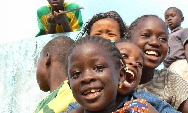 Kinder auf einer Rutsche lachen.