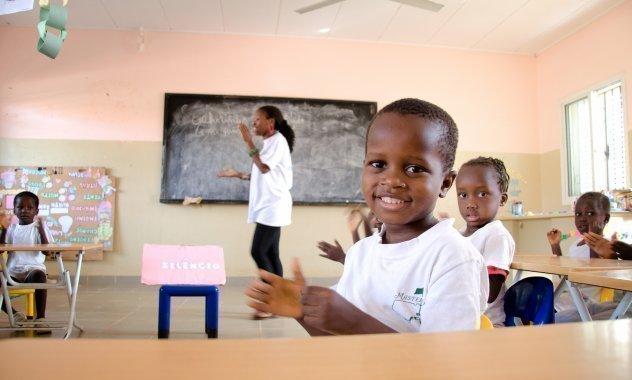 Kleiner Junge im weißen Tshirt ist in der Schule.