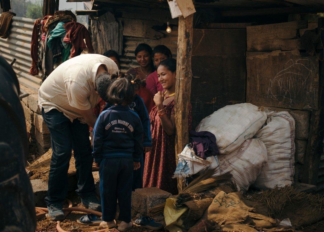 Situation einer ärmlichen Familie in Nepal unter einer Holzhütte.
