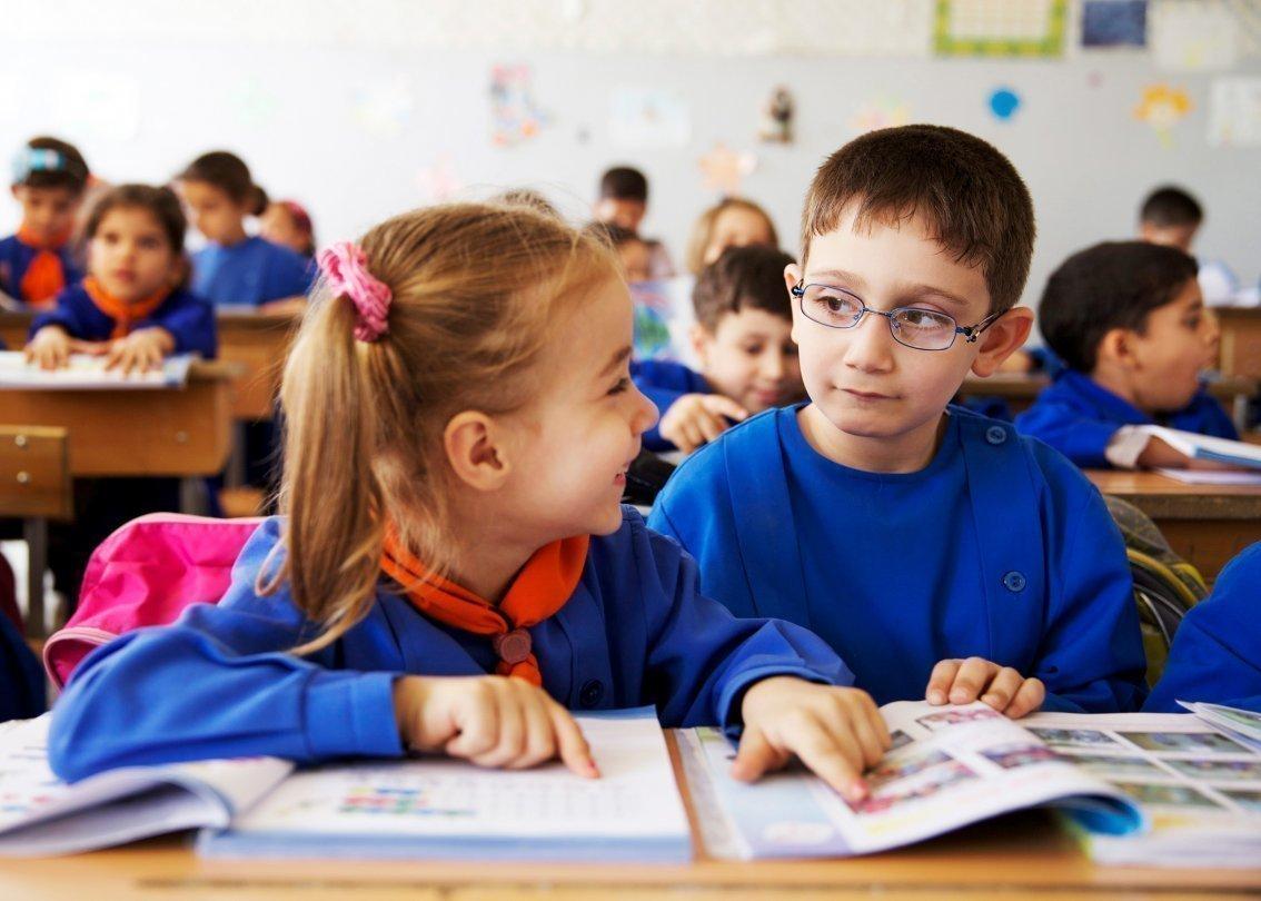 Zwei lachende Kinder in der Schule.