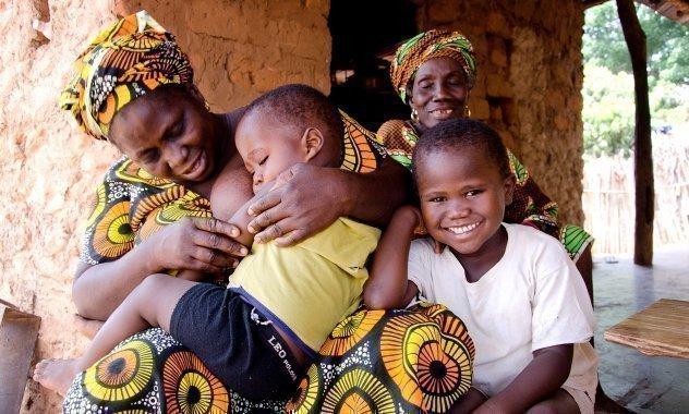 Familie mit schlafendem Kind