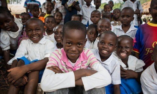 viele Kinder lächeln in die Kamera