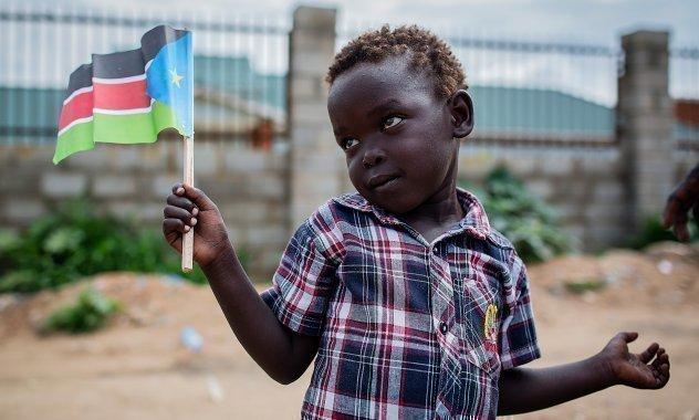 Kleiner junge mit afrikanischer Flagge.