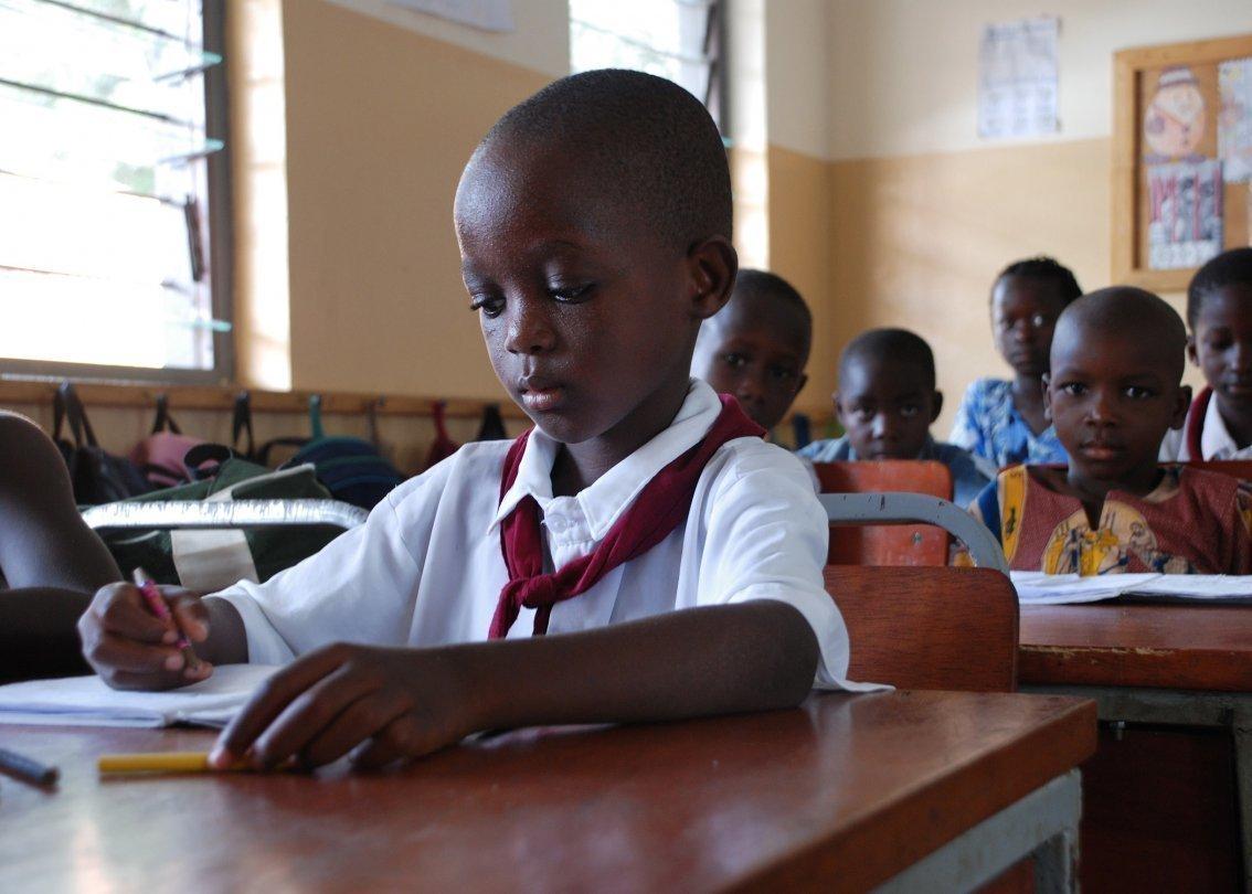 Klassenzimmer mit SOS-Kinderdorf Schülern beim lernen.